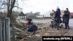 Жанчыны плачуць на месцы трагедыі ў Ружанах, 18 лютага 2019