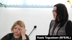 Журналист оппозиционного сайта Nakanune.kz Юлия Козлова (справа) во время допроса в суде на процессе по обвинению в хранении наркотиков. Алматы, 18 февраля 2016 года.