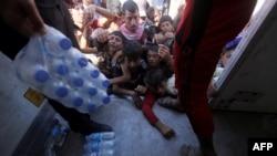 Раздача гуманитарной помощи иракским езидам