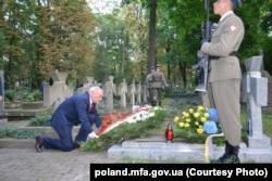 Міністр оборони Польщі Антоній Мацеревич кладе вінок на могилу генерала армії УНР Марка Безручка