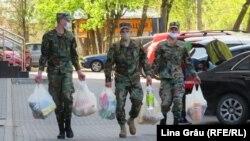Militari ajutând populația în timpul primului val de coronavirus, Chișinău, 18 aprilie 2020.