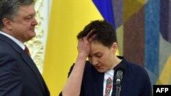 Надежда Савченко и президент Украины Петр Порошенко. 25 мая 2016 года.