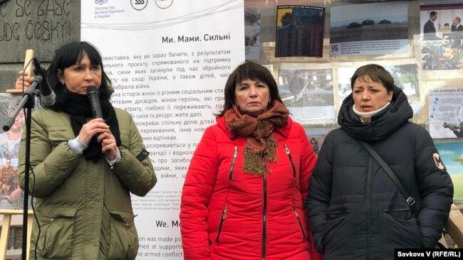 Організаторка фотовиставки «Ми. Мами. Сильні», військова волонтерка Юлія Толмачова (л) поруч із матерями