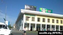 """Samarqanddagi eng katta valyuta """"qora bozori"""" Marmar bozori trotuarida joylashgan."""