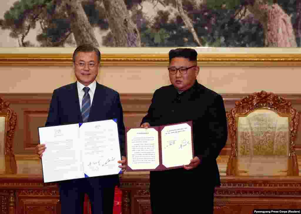 """Үшінші рет өтіп жатқан Корея саммитінде екі ел президенттері Пхеньян декларациясына қол қойды.Мун Чжэ Ин мен Ким Чен Ын """"Корея түбегін ядролық қарудан ада аймаққа айналдыруды көздейді"""". Президенттер 2020 жылы Токиода өтетін жазғы олимпиадаға екі ел бір команда апаруға келісті. 19 қыркүйек 2018 жыл."""