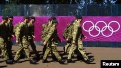 Ushtarët patrullojnë afër terreneve të volejbollit