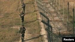 Прикордонні сили безпеки Індії патрулюють фактичний кордон із Пакистаном у Кашмірі, 14 січня 2013 року