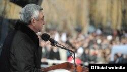 Действующий президент Армении Серж Саргсян имеет подавляющее преимущество перед своими конкурентами на выборах главы государства 18 февраля