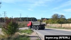 КамАЗ із будівельними відходами завертає з Монастирського шосе в Юхаріну балку