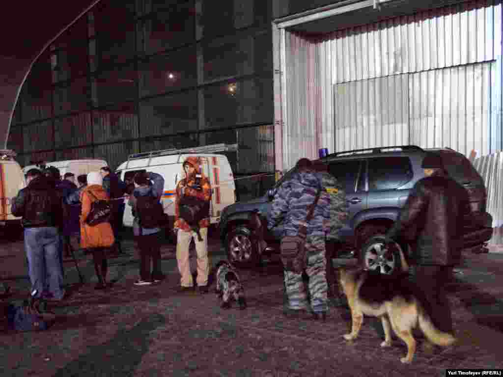 "Сотрудники ФСБ работают на месте теракта в аэропорту ""Домодедово"""