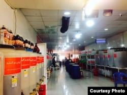 В Ширазе существует необычный вид семейного бизнеса. Вы приходите со своей тарой прямо домой к местным, на первом этаже которого они литражом продают гранатовый сок и другие натуральные напитки.