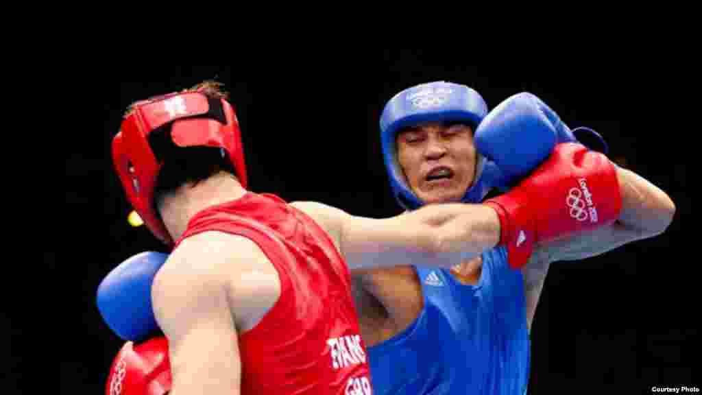 Боксер Серик Сапиев завоевал золотую медаль Олимпиады в Лондоне, а также Кубок Баркера как самый техничный боксер. На снимке Сапиев выступает в финальном бою против британца Эванса. 12 августа 2012 года. Фото с официального сайта Олимпийских игр в Лондоне.