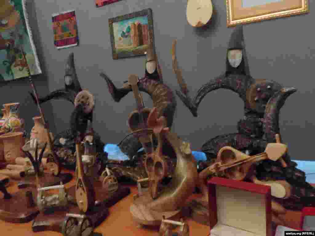 Шымкенттегі бейнелеу өнері мұражайында өткен «Оңтүстік көркі» атты қолөнер көрмесіне Түркістан қаласынан келген шеберлердің қойған бұйымдары.