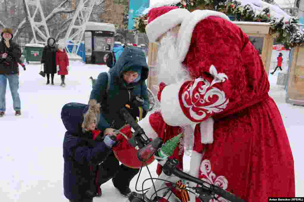 На главной городской елке Деды Морозы на двух колесах сорвали аплодисменты публики. Энтузиасты раздавали детям конфеты и мандарины, попутно рассказывая взрослым о преимуществах передвижения на велосипеде круглый год.