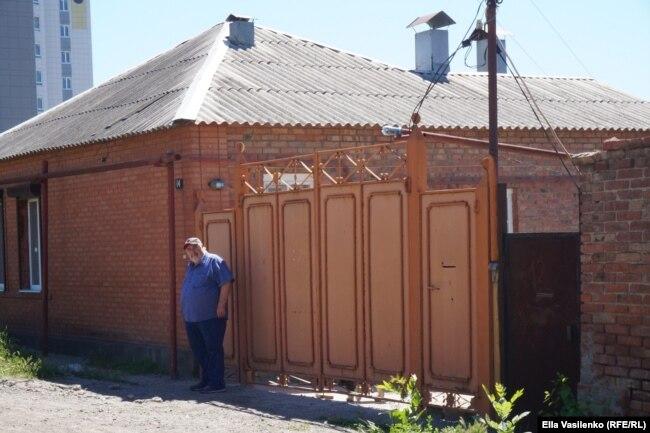 По адресу Шатоевская, 14, пожар пощадил один из трех домов общего домовладения. Михаил Шувленов сегодня там живет с супругой и братом.