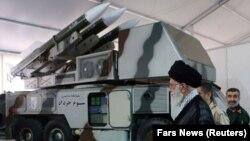 Лидер Ирана Али Хаменеи рядом с ракетной системой «Хордад-3»