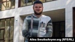 Кримськотатарський активіст, громадський журналіст Ремзі Бекіров біля суду в Сімферополі (архівне фото)