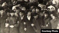 Брежнев атындағы алаңға жиналған жастар. Алматы, желтоқсан, 1986 жыл. (Мемлекеттік орталық мұрағаттан алынған фотокөшірме)