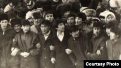 Мәскеудің шешіміне наразылық білдіріп, Алматының орталық алаңына бейбіт шеруге шыққан қазақ жастары. 17 желтоқсан 1986 жыл. Орталық мемлекеттік архив қорындағы сурет.