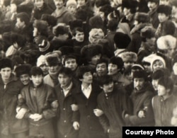 Желтоқсан оқиғасы кезінде алаңда тұрған жастар. Алматы, желтоқсан 1986 жыл. Фотокөшірме Алматыдағы орталық мемлекеттік архивтен алынды.
