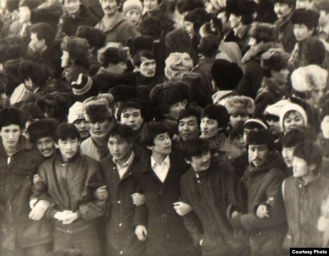 1986 жылы желтоқсанда Алматының орталық алаңына шыққан қазақ жастары. Орталық мемлекеттік архив фотосы.