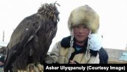 Әйгерім Әскер, Моңғолияда тұратын бүркітші қыз қыран құсымен.