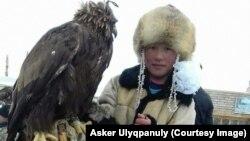 Живущая в Монголии девочка-беркутчи Айгерим Аскер со своим питомцем.