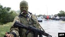 Proruski separatista na punktu kod aerodroma u Donjecku