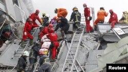Рятувальники витягують тіло зі зруйнованого 17-поверхового будинку у Тайнані, Тайвань, 6 лютого 2016 року