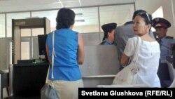 Журналистов не пускают на процесс по закрытию оппозиционной «Правдивой газеты» в Верховном суде. Астана, 21 августа 2014 года.