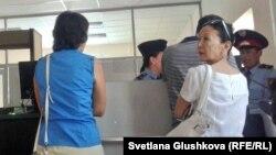 В Верховном суде не пускают журналистов и наблюдателя из Евросоюза на процесс по делу о закрытии оппозицонной «Правдивой газеты». Астана, 21 августа 2014 года.