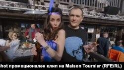Скрийншот от видеоклипа, заснет през март 2018 г.
