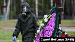 Похороны умершего от коронавируса на одном из московских кладбищ, май 2020 года
