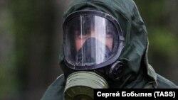 Человек в защитной одежде – при похоронах умершего от коронавируса. Москва, 15 мая 2020