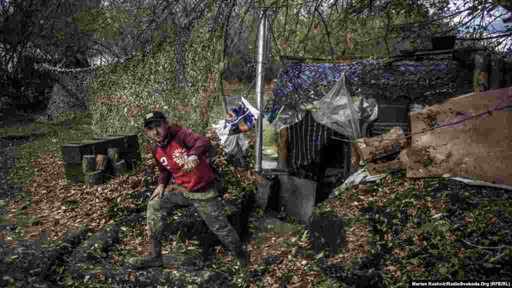 Блиндажи украинских военных в поле. В холодную погоду в блиндажах сыро.