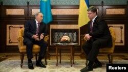 Президент Казахстану Нурсултан Назарбаєв (ліворуч) та президент України Петро Порошенко