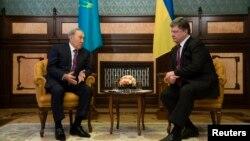 Президенты Казахстана и Украины Нурсултан Назарбаев и Петр Порошенко на встрече в Киеве
