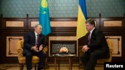 Президент Казахстана Нурсултан Назарбаев (слева) и президент Украины Петр Порошенко. Киев, 22 декабря 2014 года.