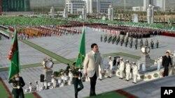Президент Туркменистана Гурбангулы Бердымухамедов направляется в новый дворец во время церемонии открытия в Ашхабаде, 18 мая, 2011 года