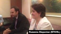 Представители МВФ Гиермо Толоса и Тереcа Дабан в ходе пресс-конференции, Ереван, 3 июня 2013 г.