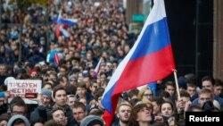 Сторонники оппозиционного политика Алексея Навального проводят антипутинский митинг. Москва, 7 октября 2017 года