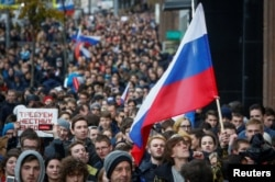 Сторонники оппозиционного политика Алексея Навального проводят антипутинский митинг. Москва, 7 октября 2017 года.
