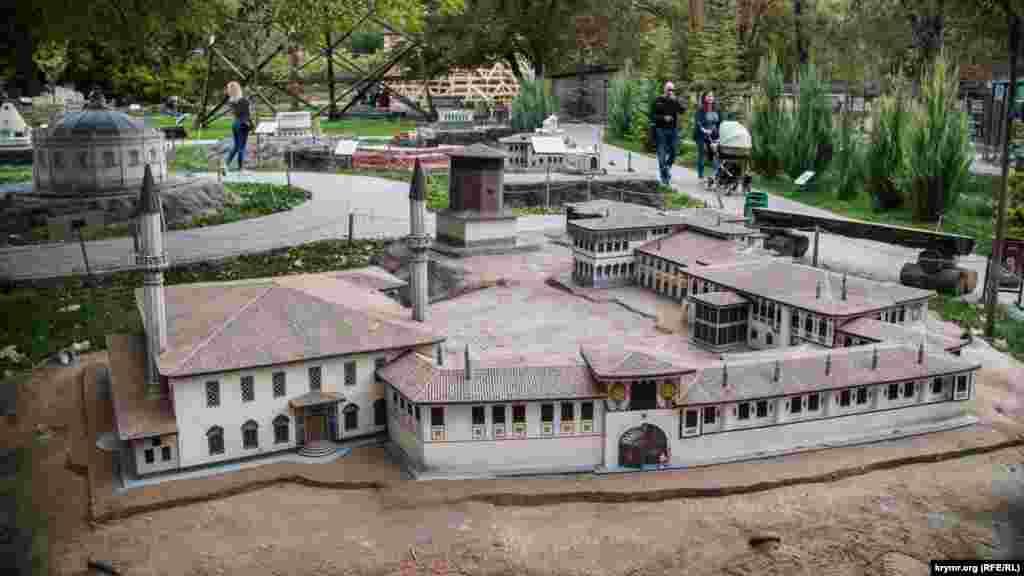 Ханський палац у Бахчисараї.  Наприкінці минулого року на реставрацію Ханського палацу – унікальної пам'ятки культурної спадщини кримських татар – в рамках російської ФЦП було виділено 200 мільйонів рублів. Планувалося зміцнити каркас будівлі Ханської мечеті 1740-1743 років, оновити елементи фасаду, внутрішнього інтер'єру та інших об'єктів. Але виявилося, що в результаті реставрації об'єкти Ханського палацу – під загрозою руйнування. Зокрема, підрядник знищив багато об'єктів, які становили історичну цінність.  Під загрозою залишаються пам'ятники кримських ханів, розташовані з боку ханського кладовища