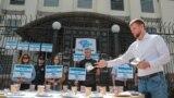 Акция у посольства России, посвященная жертвам насильственных исчезновений в Крыму