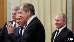 Владимир Путин с говорителя на Кремъл Дмиртрий Песков, министъра на отбраната Сергей Шойгу и министъра на външните работи Сергей Лавров