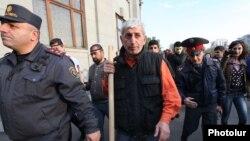 Шант Арутюнян на площади Свободы, за несколько минут до столкновения демонстрантов с полицией, Ереван, 5 ноября 2013 г.