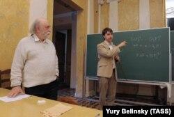 Анатолий Вершик (слева) и лауреат премии Филдса в области математики Станислав Смирнов