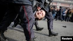 Поліцейські затримують протестувальника в Москві, Росія, 26 березня 2017 року