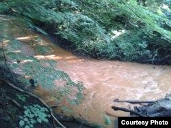 Річка Севастьяновка гірчичного кольору
