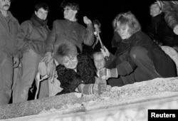 Берлінці розбивають Берлінську стіну